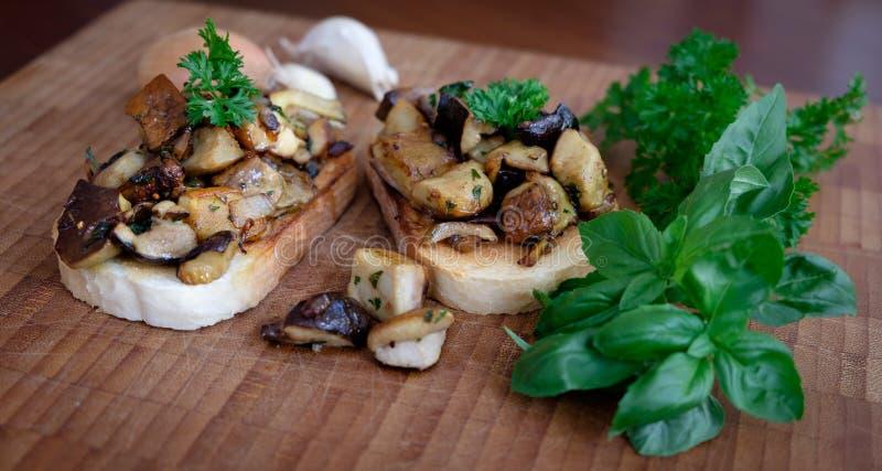 白色多士面包用大蒜、葱、蘑菇和草本 图库摄影