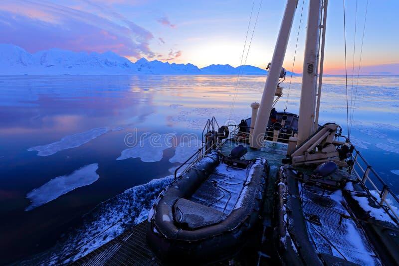 白色多雪的山,蓝色冰川斯瓦尔巴特群岛,挪威 冰在海洋 在北极的冰山微明 桃红色云彩,冰川 Beautifu 库存图片