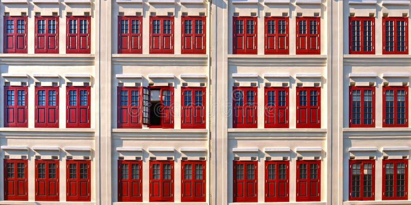白色大厦和红色窗口在经典殖民地建筑学大厦在新加坡瓷镇 免版税图库摄影