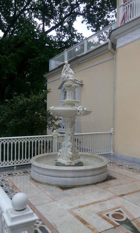 白色大理石喷泉 免版税库存图片