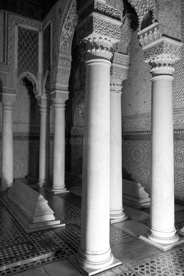 白色大理石柱子、华丽木雕刻和锦砖 图库摄影