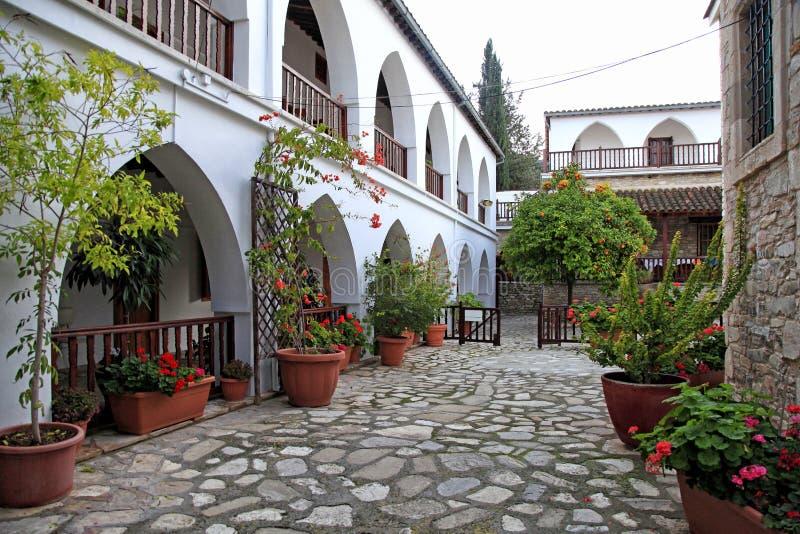 白色大阳台和花盆在圣米纳斯修道院庭院里  库存照片