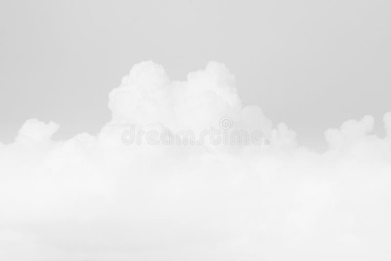 白色天空软的云彩,天空淡色灰色白色颜色软的背景 免版税库存照片