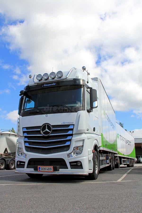 白色奔驰车Actros卡车和拖车 库存图片