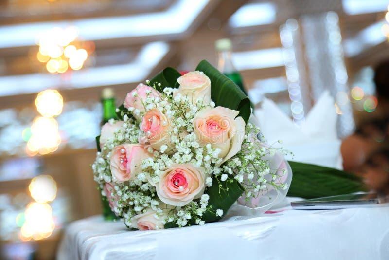 白色婚礼和订婚花花束 用不同的花,玫瑰的美丽的婚礼花束 蓝色详细资料花袜带系带婚礼 免版税库存图片