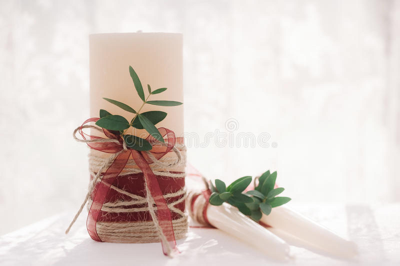 白色婚礼装饰蜡烛 免版税图库摄影