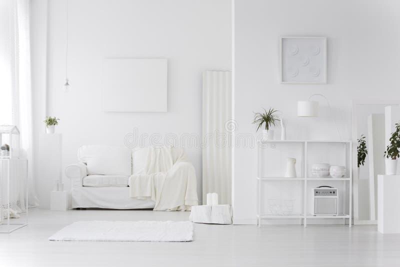 白色客厅内部 库存照片