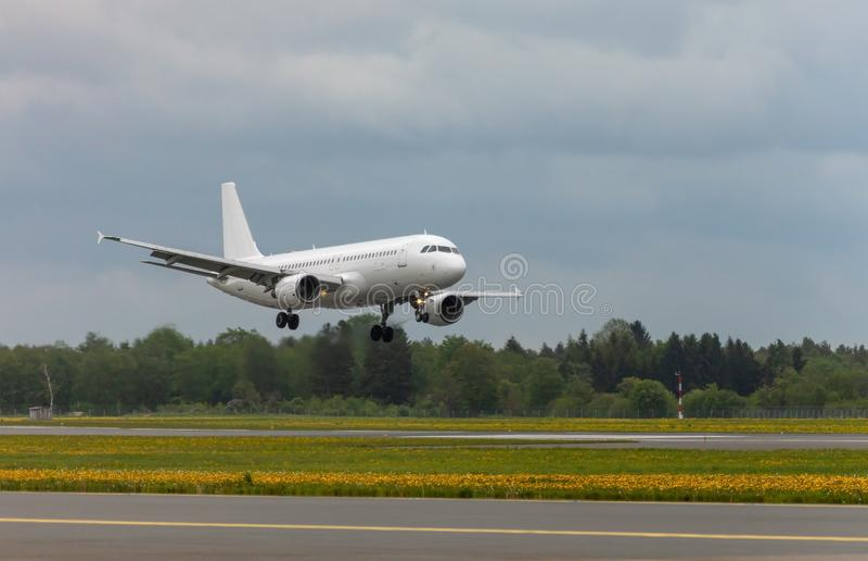 白色客机土地在机场 库存照片