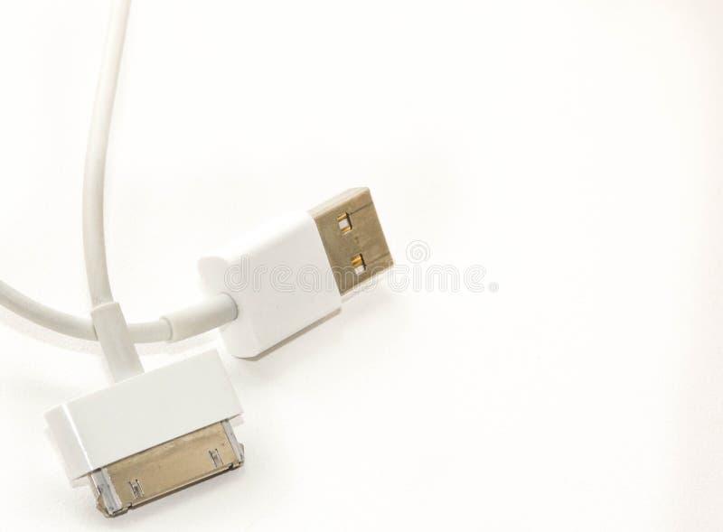白色导线usb流动充电的缆绳 2不同从在白色背景隔绝的USB的手机充电的插塞 免版税库存照片
