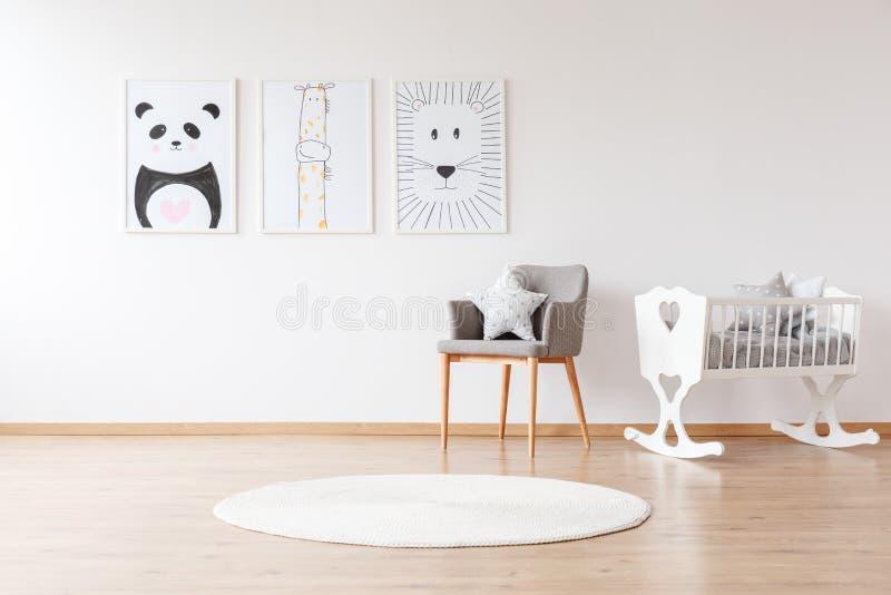 白色小儿床在婴孩` s室 免版税图库摄影