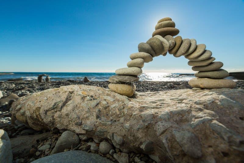 白色小卵石弯在热带海滩的 免版税库存图片