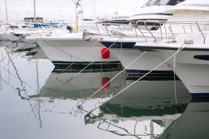 白色小船和游艇在码头 库存照片