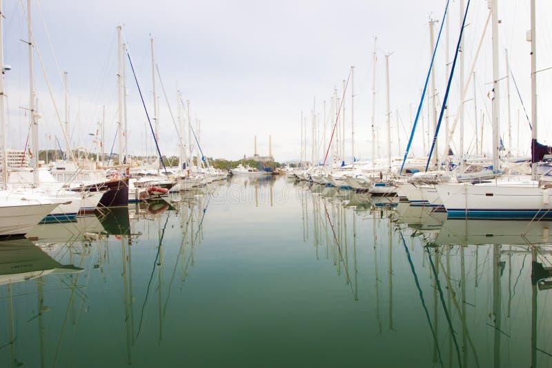 白色小船和游艇在码头 图库摄影