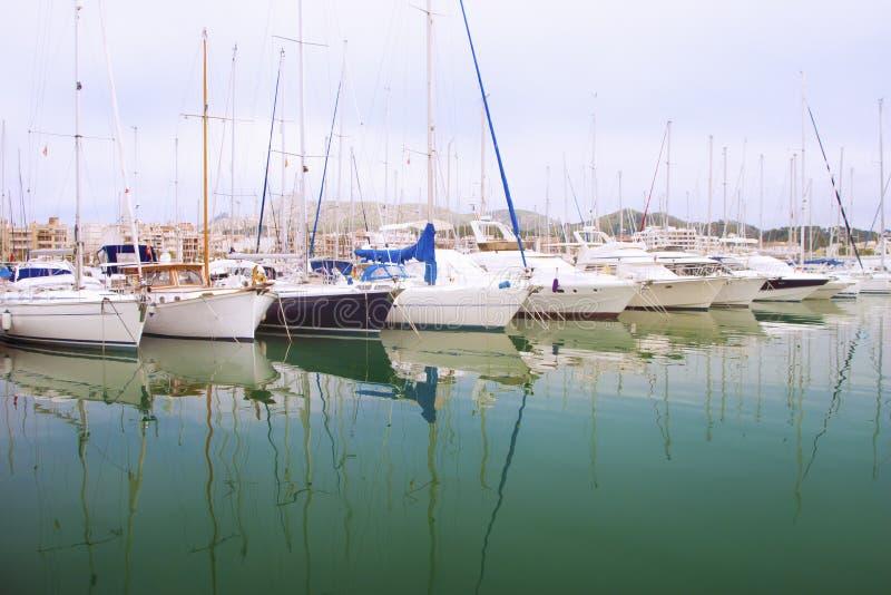 白色小船和游艇在码头 免版税图库摄影