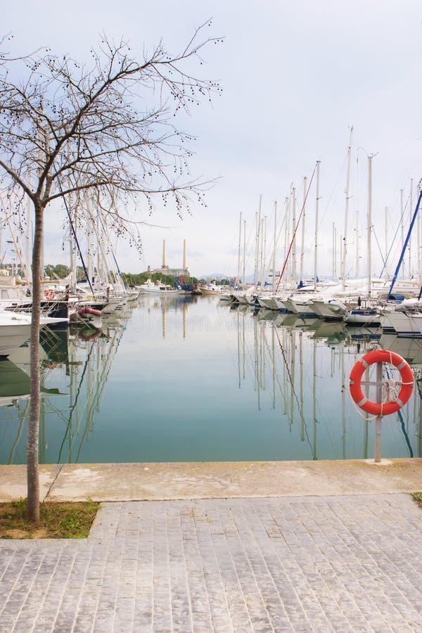 白色小船和游艇在码头 免版税库存图片