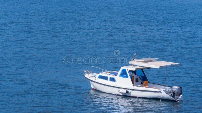 白色小船在蓝色海 免版税库存图片