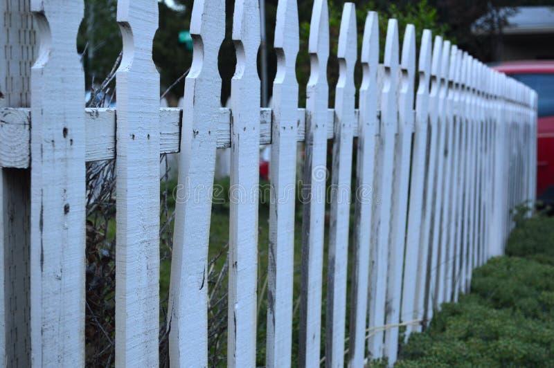白色尖桩篱栅测深索 库存图片