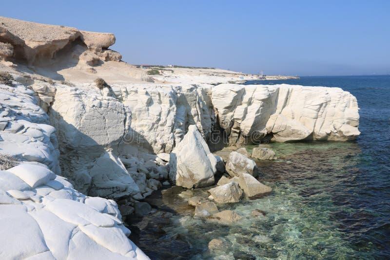 白色岩石在美丽的塞浦路斯 免版税库存照片