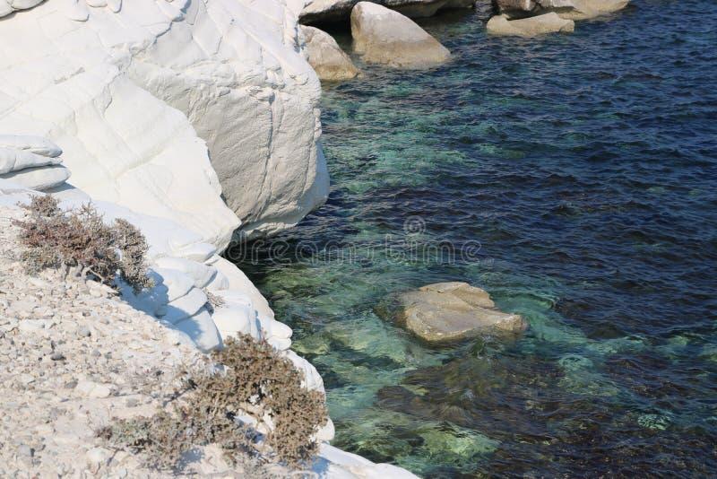 白色岩石在美丽的塞浦路斯 免版税图库摄影