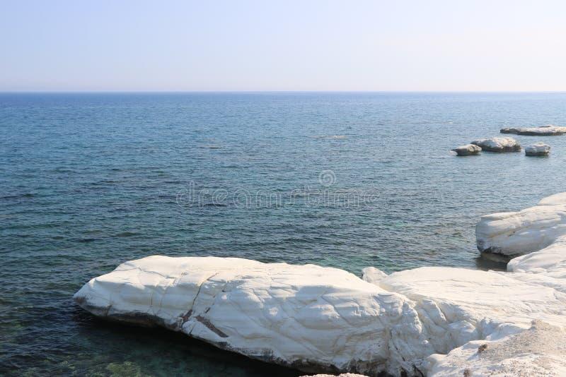 白色岩石在美丽的塞浦路斯 库存照片