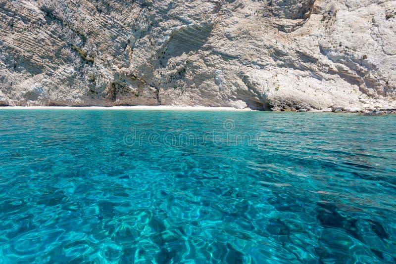 白色岩石峭壁和海看法  免版税库存照片