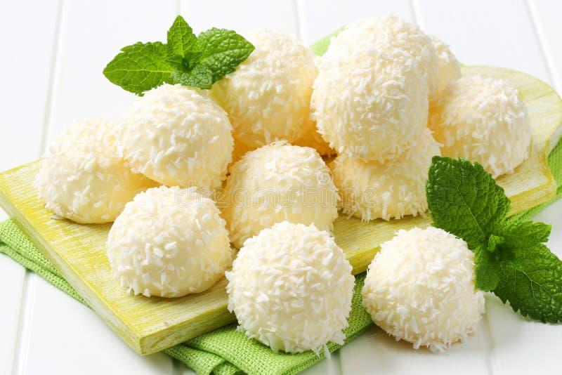 白色巧克力和椰子块菌 库存照片