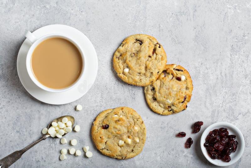 白色巧克力和蔓越桔曲奇饼 图库摄影