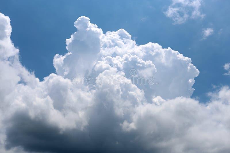 白色巨大的云彩  库存照片