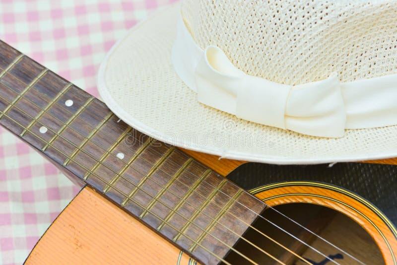 白色帽子和吉他 免版税库存照片