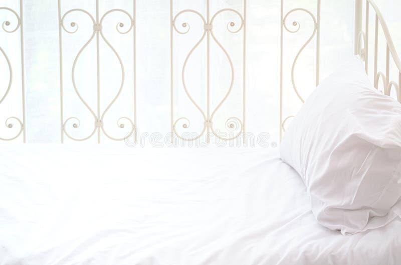 白色床 库存照片