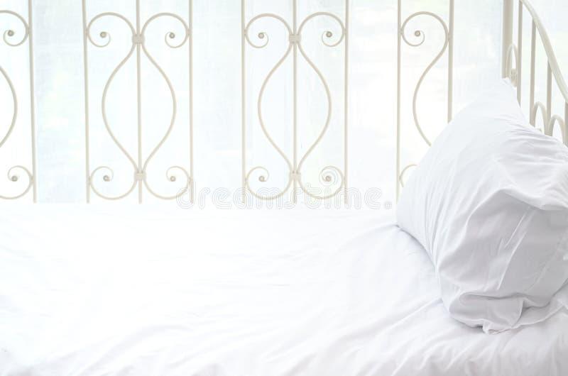 白色床 免版税图库摄影