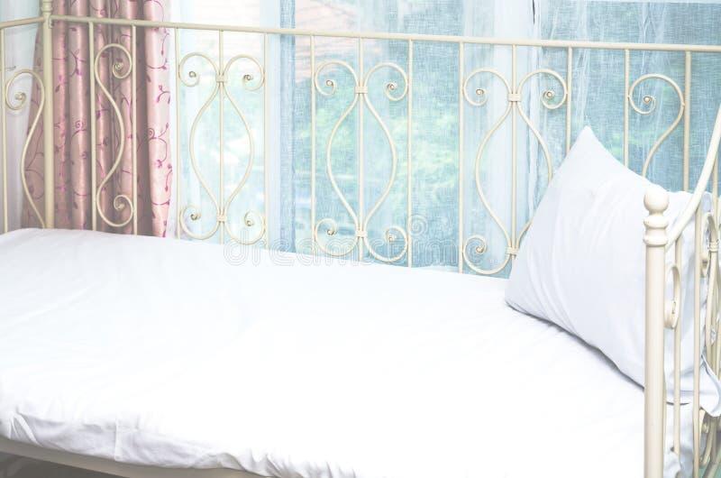 白色床 免版税库存图片