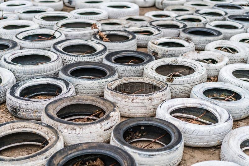 白色废弃和被放弃的轮胎 免版税库存图片