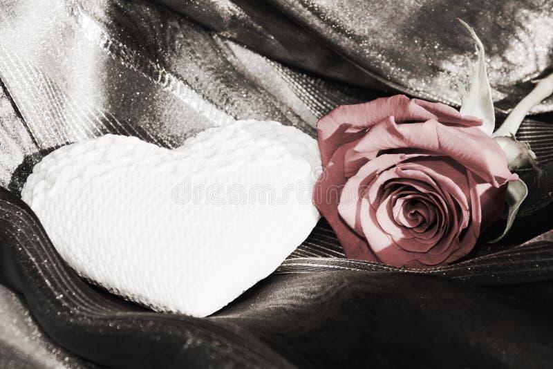 白色心脏和红色玫瑰,葡萄酒颜色,背景 库存照片