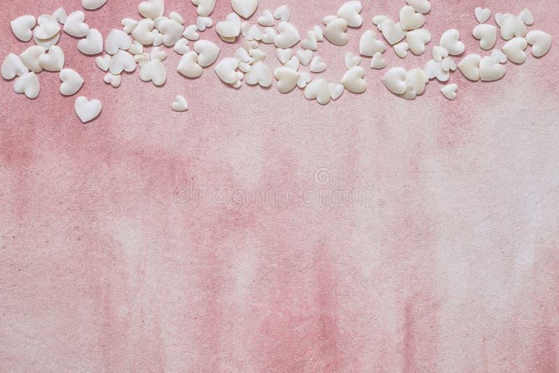 白色心脏边界在桃红色背景的 复制空间 顶视图 背景蓝色框概念概念性日礼品重点查出珠宝信函生活纤管红色仍然被塑造的华伦泰 图库摄影