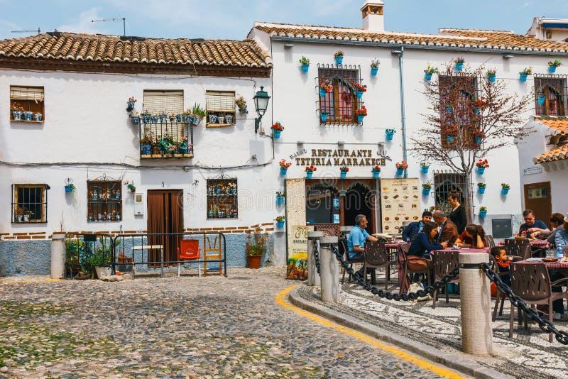 白色房子在Albaicin区在格拉纳达,西班牙 免版税图库摄影