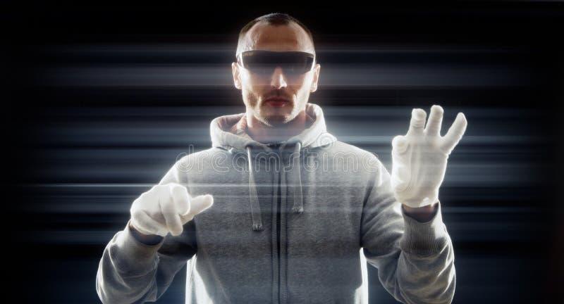 白色手套的未来派黑客 免版税库存图片