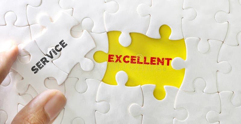 白色拼图接近的片断与优秀服务,概念的客服或优秀反馈的词的 免版税库存图片