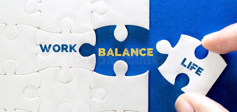 白色拼图接近的片断与工作生活平衡的词,福利的概念和平衡的生活方式的 免版税库存照片