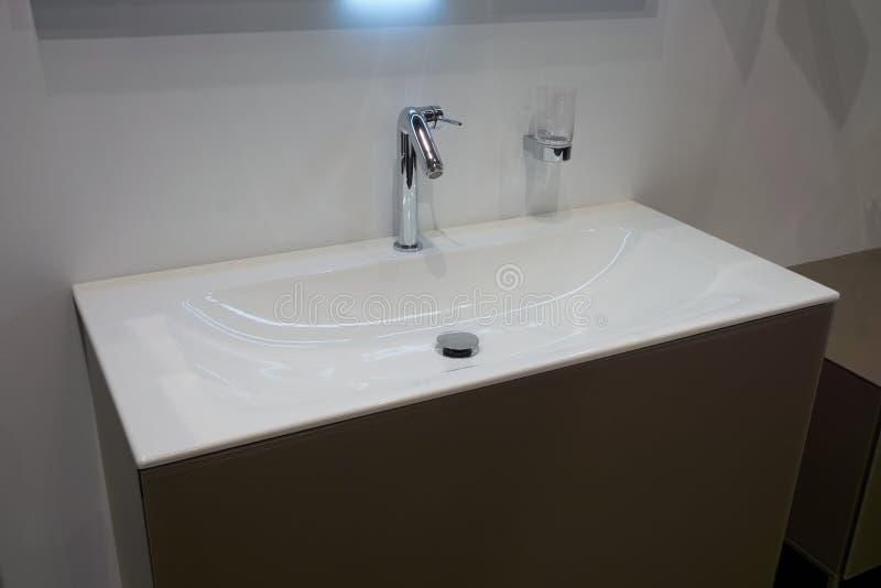 白色插页水盆 库存图片