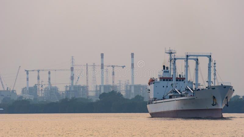 白色收帆水手船或被冷藏的在晁Phray货船风帆 免版税图库摄影
