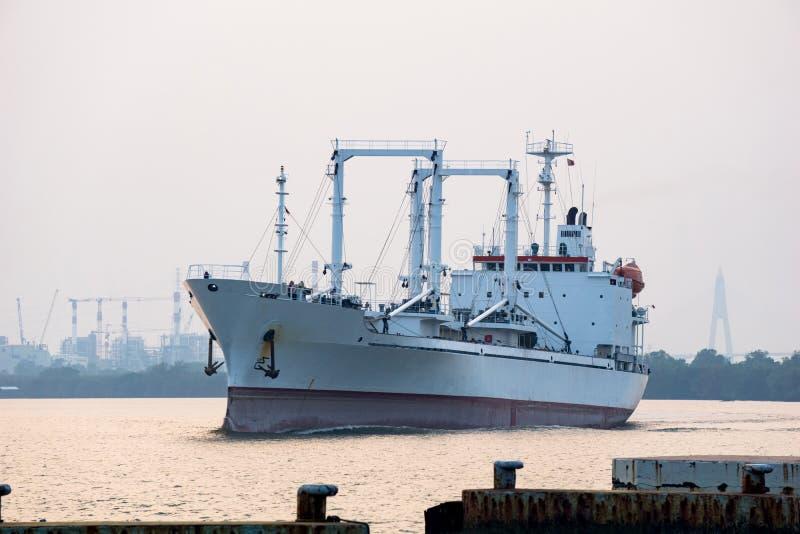 白色收帆水手船或被冷藏的货船在昭拍耶河航行在晚上 图库摄影