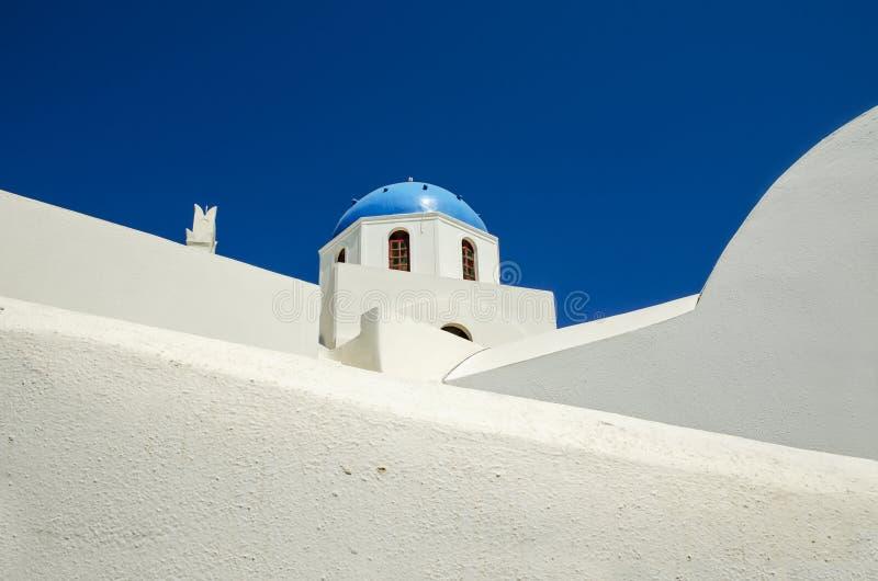 白色教会- Oia村庄,圣托里尼海岛经典看法有蓝色圆顶的在希腊 库存图片