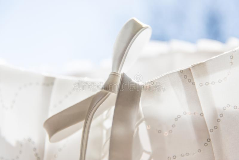 白色新娘礼服打结并且系带细节 图库摄影