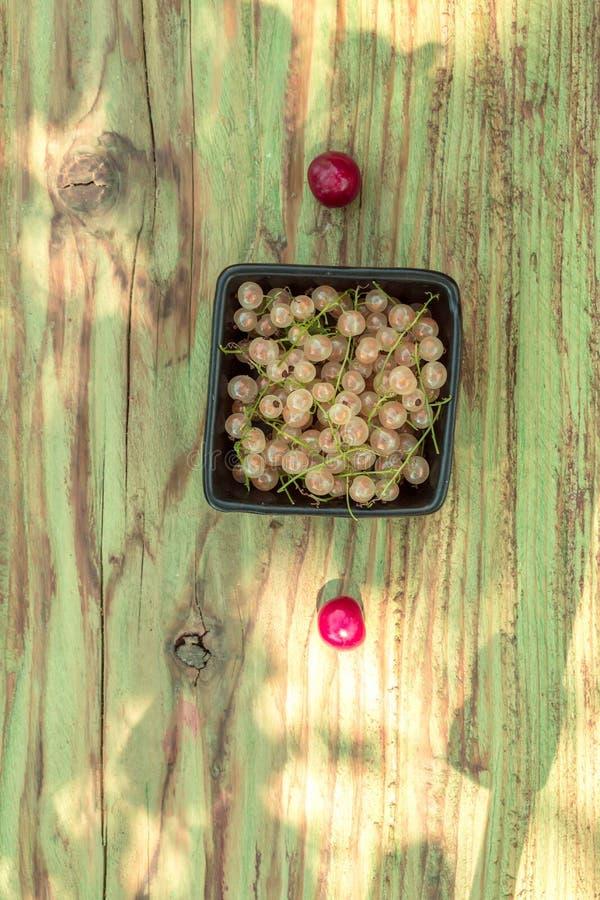 白色无核小葡萄干用樱桃 库存照片