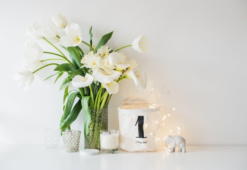 白色春天大花束在花瓶,黄水仙, tuli开花 免版税图库摄影