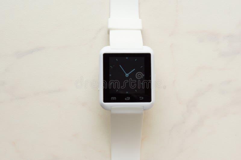 白色智能手机和白色聪明手表 免版税库存图片