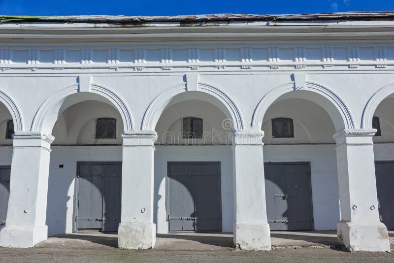 白色曲拱 灰色门和窗口 免版税图库摄影