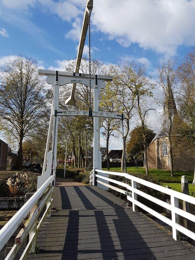 白色木吊桥在村庄的中心zevenhuizen在环管Zuidplaspolder 库存图片