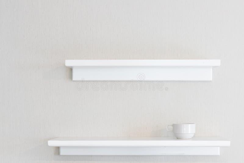 白色木墙壁架子 免版税图库摄影